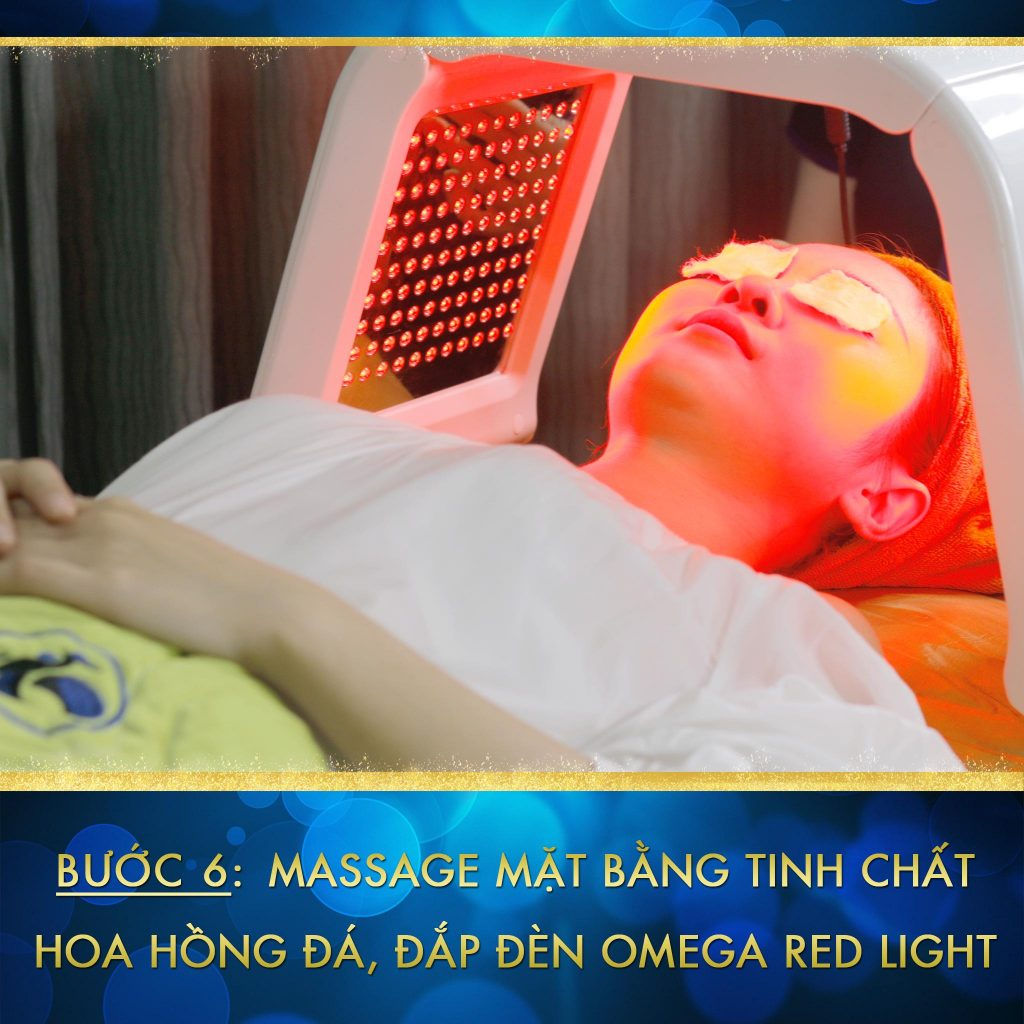 """Bước 6: Massages mặt bằng tinh chất """"hoa hồng đá"""" kết hợp đèn Omega Red Light"""